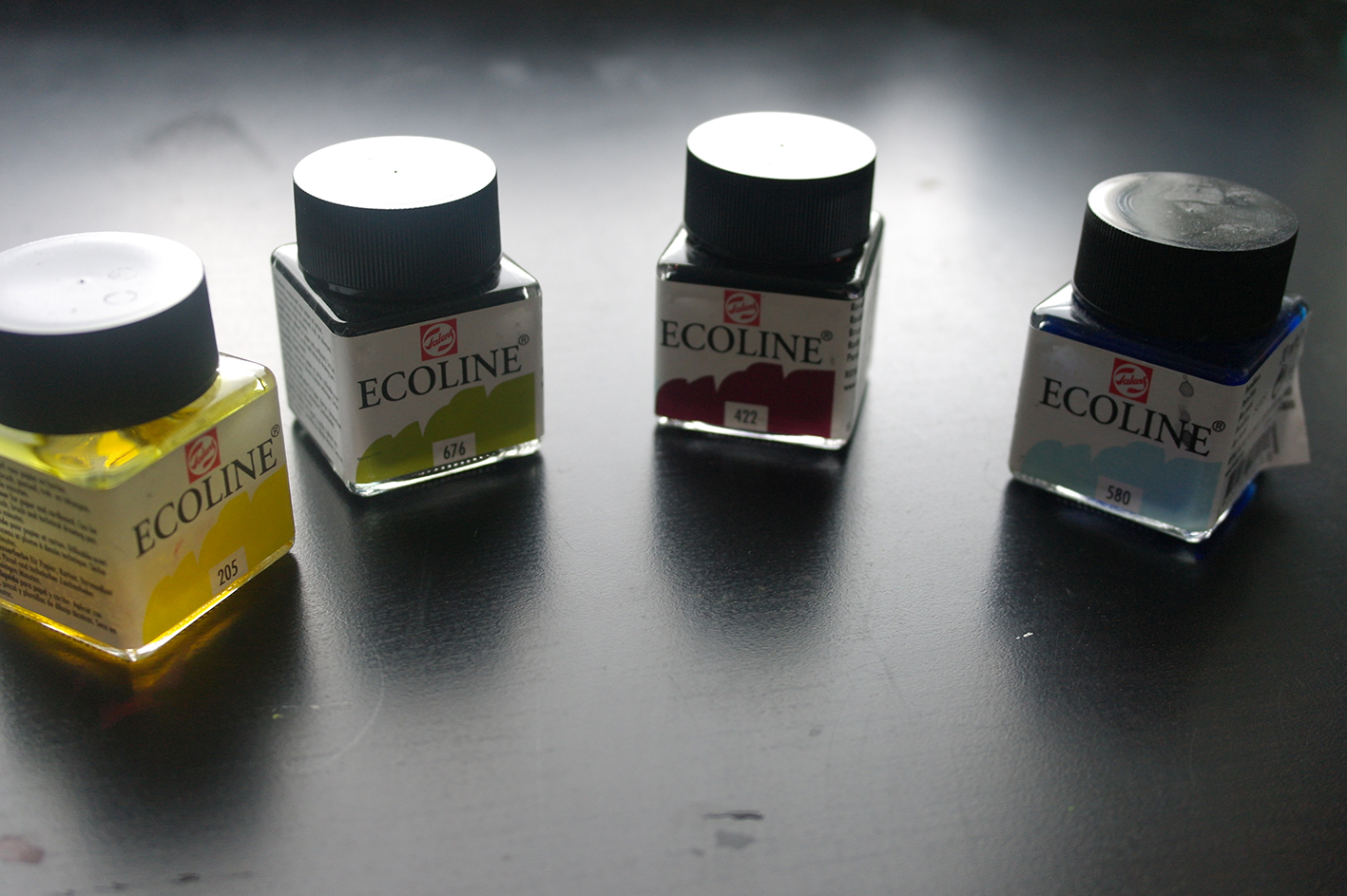 Flüssige Aquarellfarbe im Glas
